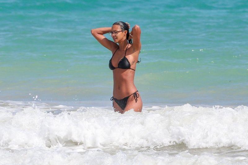 Ангелот на Victoria's secret Lais Ribeiro мами погледни на плажата Ipanema во Бразил