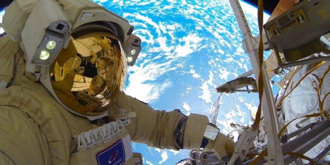 Руски космонаут објави видео од неговата прв авселенска прошетка